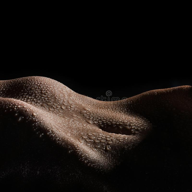 Bodyscape eines nackten nassen Bauches stockfotografie