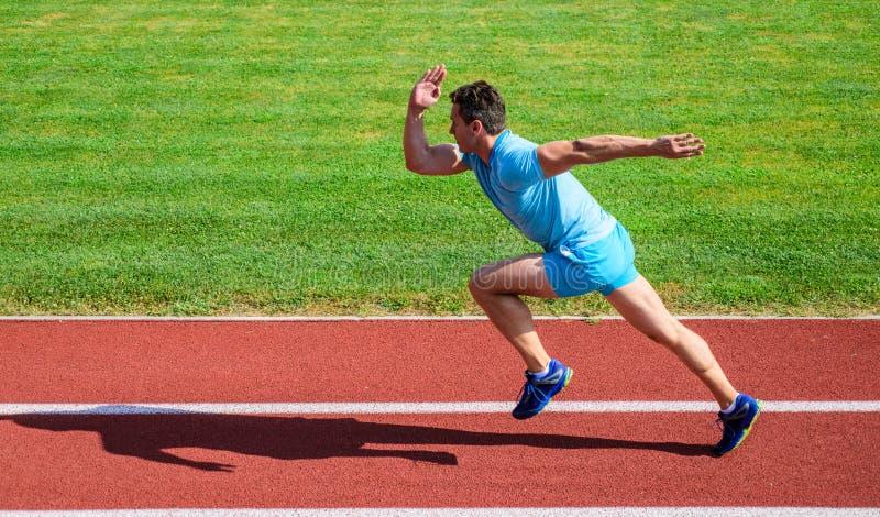 Bodziec ruszać się Życie non zatrzymuje ruch Atleta bieg stadium zielonej trawy tło Biegacza sporty kształt w ruchu sport obrazy royalty free