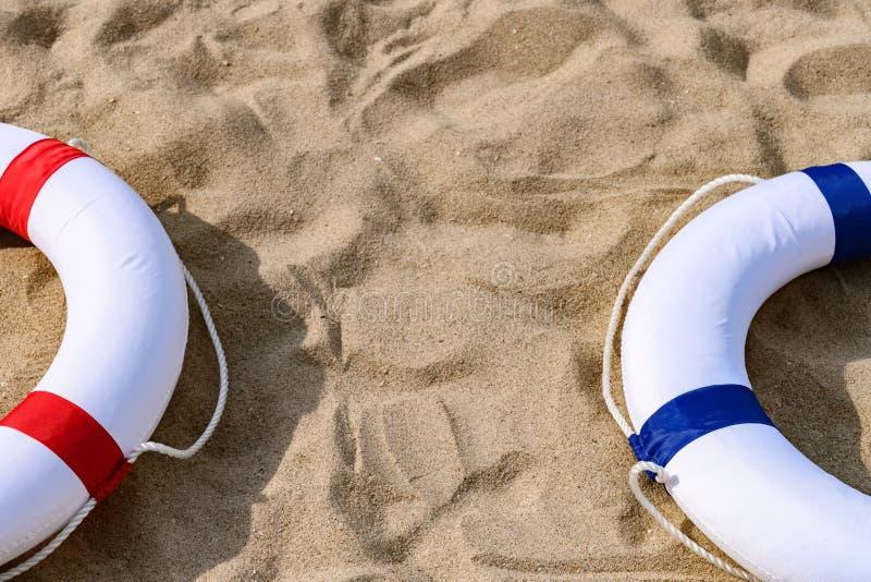 Boe rosse & blu sulla sabbia con lo spazio della copia fotografie stock