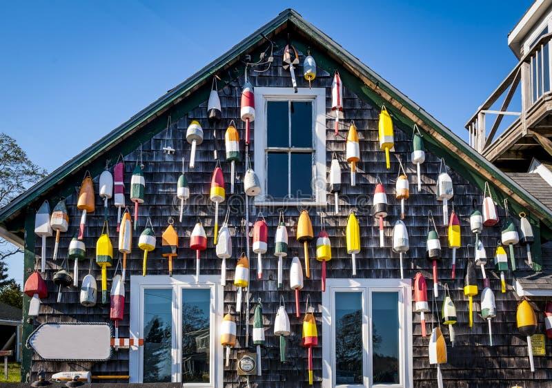 Boe variopinte che appendono fuori di piccolo negozio in Maine fotografia stock libera da diritti