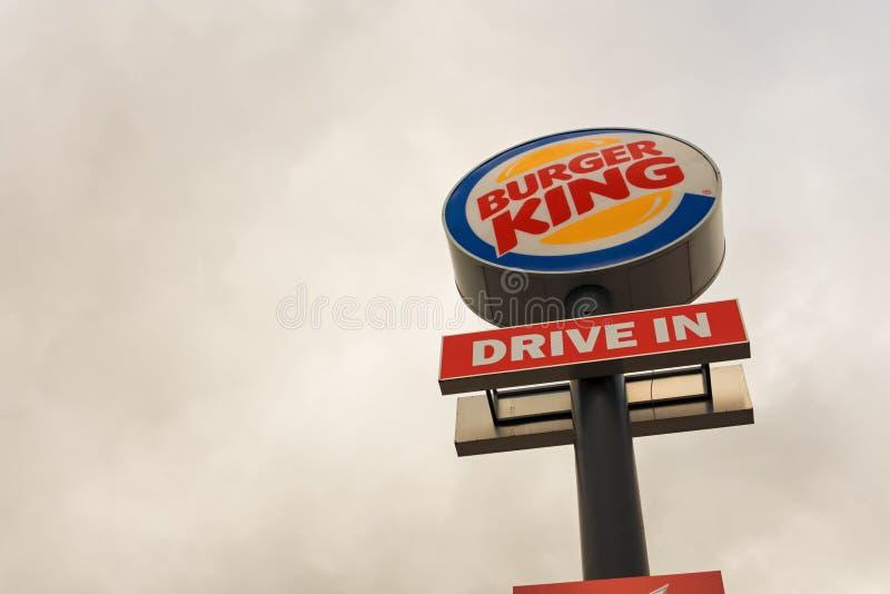 BOEBLINGEN, ALEMANHA - 21 DE JANEIRO DE 2018: Herrenberger Strasse Este é o sinal do Burger King, que tem um restaurante nesta es imagens de stock royalty free