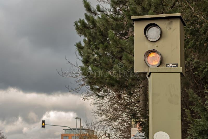 BOEBLINGEN TYSKLAND - JANUARI 21,2018: Herrenberger Strasse detta är en radarfälla i denna väg arkivfoto