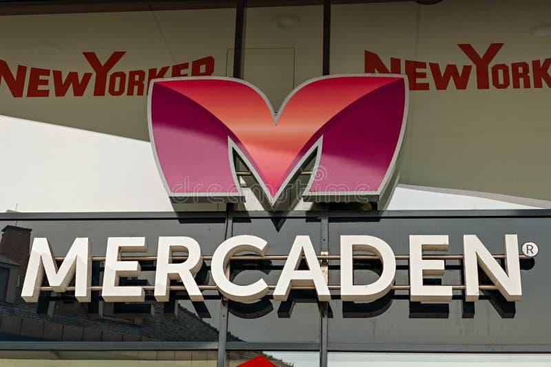 BOEBLINGEN TYSKLAND - JANUARI 14,2018: Wolfgang-Brumme-Allee detta är Mercaden, en stor shoppinggalleria mitt emot drevstationen  arkivfoto