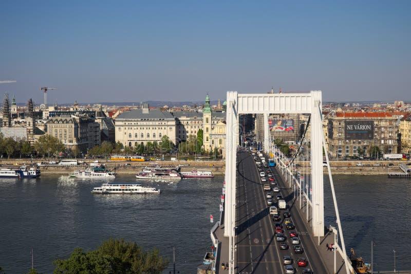 Boedapest, April 2019: Elisabethbrug die Buda en ongediertekant verbinden aan verkeer stock afbeeldingen