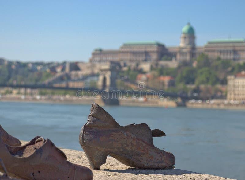 Boedapest, April 2019: Het schoenengedenkteken op de rivierbank van de Donau stock afbeelding