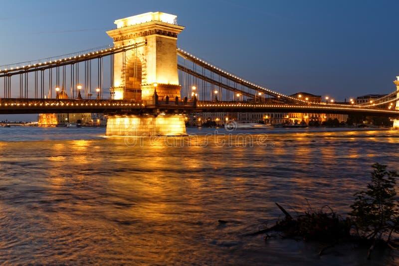 Boedapest bij nacht stock afbeelding