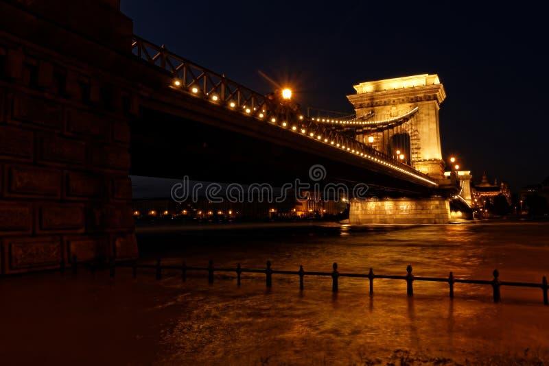 Boedapest bij nacht stock afbeeldingen