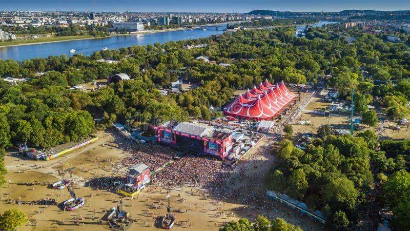 BOEDAPEST, HONGARIJE - AUGUSTUS 12, 2018: Luchtfoto van de menigte voor het belangrijkste stadium van het Sziget-Festival stock foto