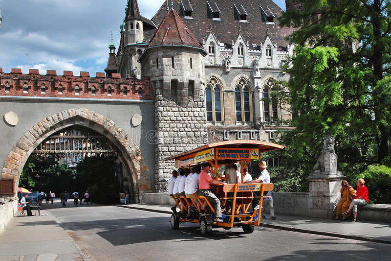 BOEDAPEST, HONGARIJE - CIRCA JULI 2014: BierBike met toeristen is stock foto