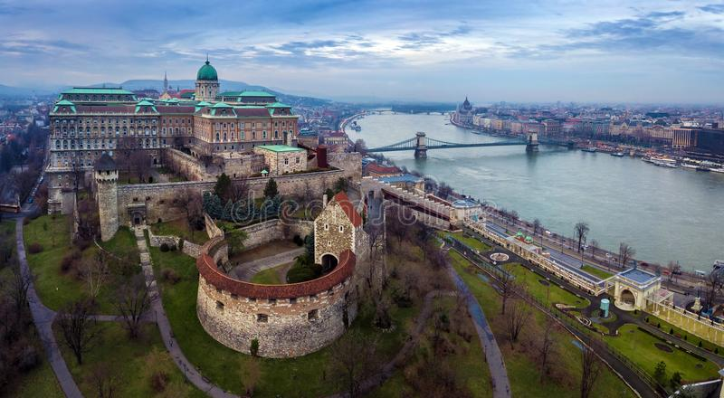 Boedapest, Hongarije - de Luchtmening van de hommelhorizon van Buda Castle Royal Palace met Szechenyi-Ketting Bridg royalty-vrije stock foto