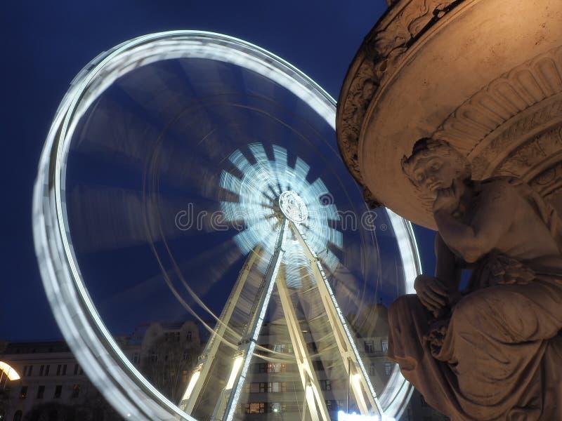 Boedapest, Hongarije Het Reuzenrad dat in wit in de avond wordt verlicht stock afbeelding