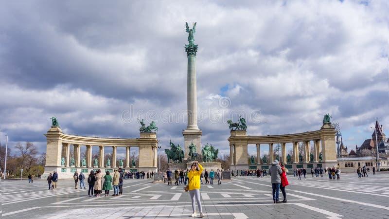 Boedapest Hongarije 03 15 2019 jonge Aziatische vrouw die selfie in heldenvierkant nemen royalty-vrije stock afbeeldingen
