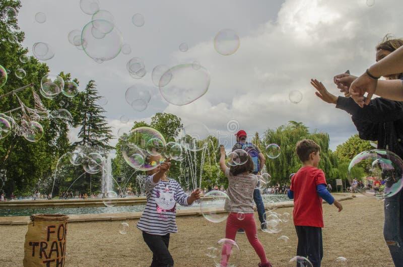 Boedapest, Hongarije - 13 Juli, 2019 Jonge kinderen speelt met zeepbel in een openluchtpark tijdens de zomer stock foto's