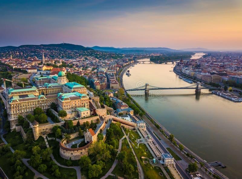 Boedapest, Hongarije - Luchthorizonmening van Buda Castle Royal Palace en Zuiden Rondella met Kasteeldistrict royalty-vrije stock fotografie