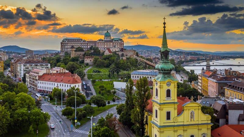 Boedapest, Hongarije - Luchthorizonmening van Boedapest met Heilige Catherine van Alexandria Church, Buda Castle Royal Palace royalty-vrije stock afbeelding