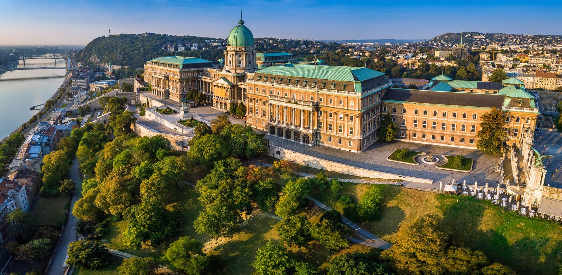 Boedapest, Hongarije - Luchtpanorama van mooi Buda Castle Royal Palace bij zonsopgang royalty-vrije stock afbeeldingen