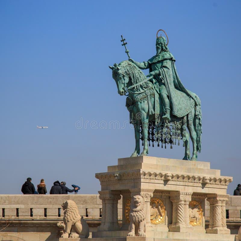 Boedapest, Hongarije, 22 Maart 2018: Hongaarse held op een paard - Ruiterstandbeeld van Koning Stephen I Szent Istvan kiraly stock afbeelding