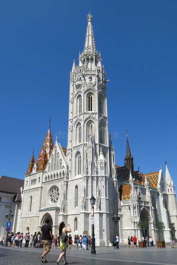Boedapest Hongarije Matthias Church met toeristen stock foto's