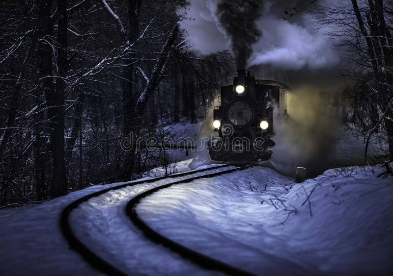 Boedapest, Hongarije - Mooie de winter bossc?ne met sneeuw en oude stoomlocomotief op het spoor in het Hongaarse hout stock afbeelding