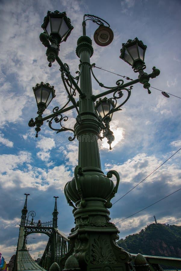 Boedapest, Hongarije: Mooie straatlantaarn op de brug Vrijheidsbrug over de rivier van Donau in Hongaars hoofdboedapest royalty-vrije stock foto's