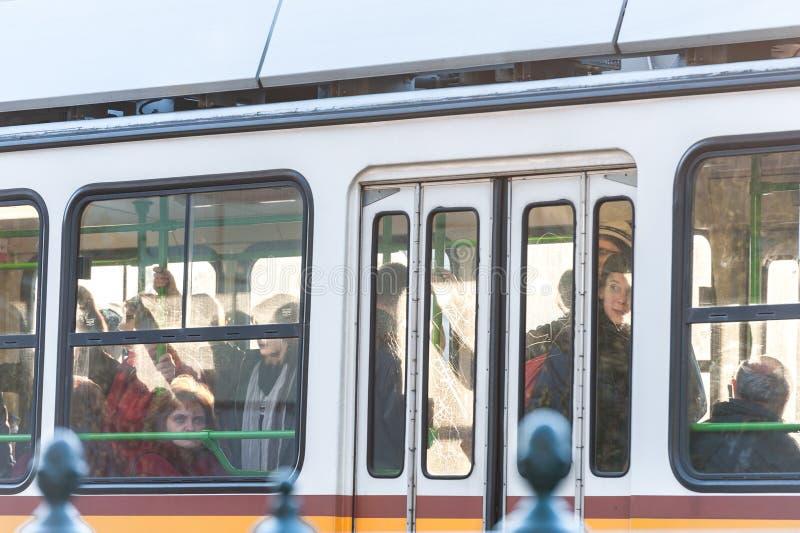 BOEDAPEST, HONGARIJE - OKTOBER 30, 2015: De mensen reizen in Tram Boedapest, Hongarije royalty-vrije stock foto