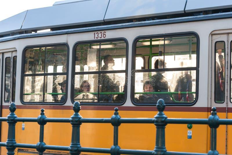 BOEDAPEST, HONGARIJE - OKTOBER 30, 2015: De mensen reizen in Tram Boedapest, Hongarije royalty-vrije stock foto's