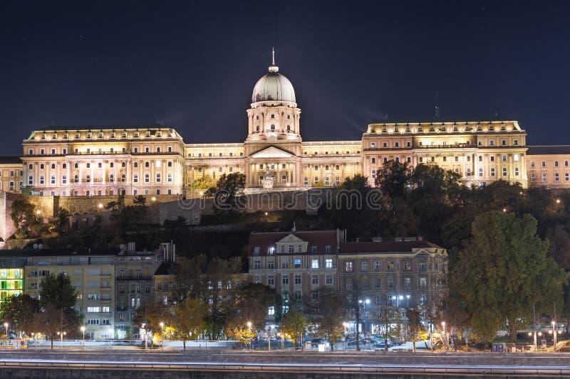BOEDAPEST, HONGARIJE - OKTOBER 30, 2015: Royal Palace in Boedapest, Hongarije De spruit van de nachtfoto stock afbeeldingen