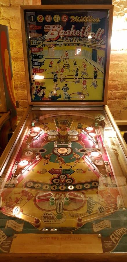 Boedapest, Hongarije - 2019 0619 : Oude flipper-arcade spelmachines, Gottlieb & x27;s miljoen basketbal royalty-vrije stock afbeeldingen