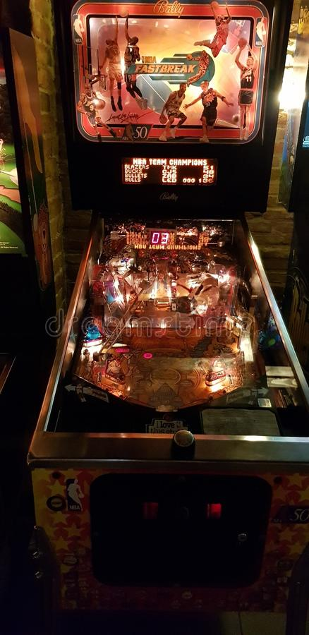 Boedapest, Hongarije - 2019 0619 : Oude retro flipper arcade game machines, NBA fastbreak stock foto's