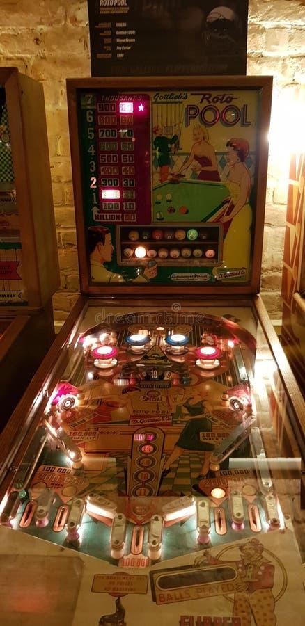 Boedapest, Hongarije - 2019 0619 : Oude speelautomaten voor flipper-arcade, Gottlieb& x27;s-rotopool royalty-vrije stock foto