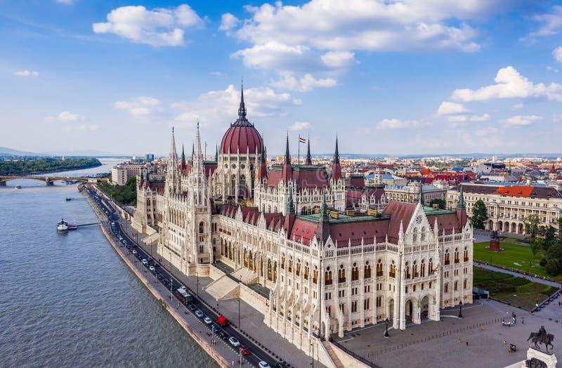 Boedapest, Hongarije - Satellietbeeld van het mooie Hongaarse Parlementsgebouw door Rivier Donau op een heldere de zomerdag stock fotografie