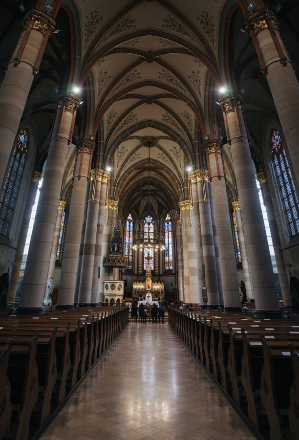 BOEDAPEST, HONGARIJE - SEPTEMBER 18, 2016: Parochianen en priester in kerk van St Elizabeth van het Huis van à  rpà ¡ D Gebouwd  royalty-vrije stock fotografie