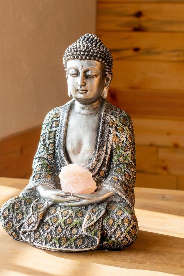 Boeddha-standbeeld in natuurlijk licht royalty-vrije stock fotografie