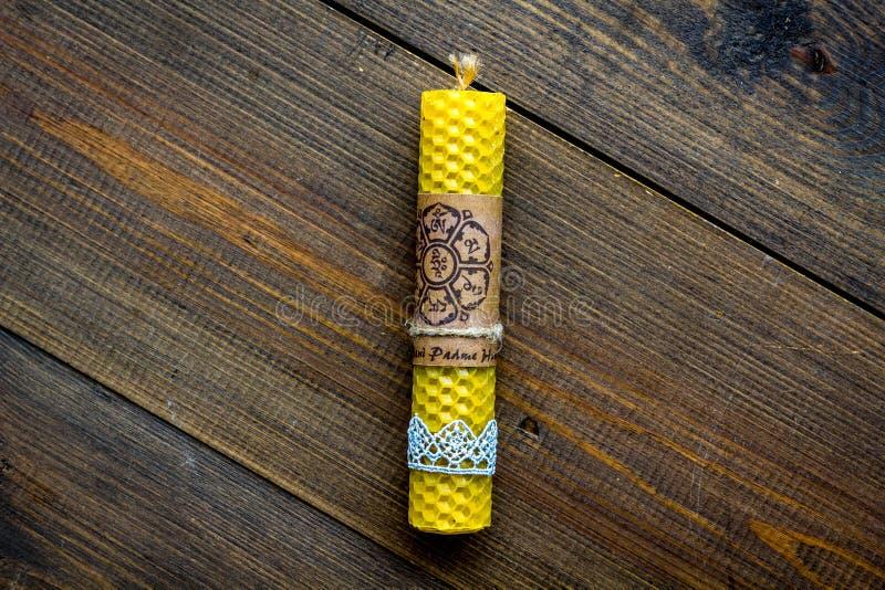 Boeddhisme Het trekken op kaarsen en mantra in sanscritische Om Mani Padme Hum vertaalden als juweel die in de Lotus-bloem glanze royalty-vrije stock afbeelding