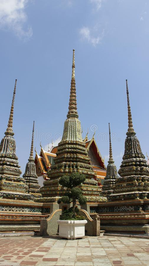 Boeddhisme Stupa met Kleurrijke die Bloemen wordt van Ceramisch worden gemaakt verfraaid die royalty-vrije stock foto