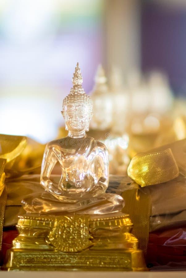 Boeddhistisch die idool door glas voor het aanbieden wordt gemaakt stock foto's
