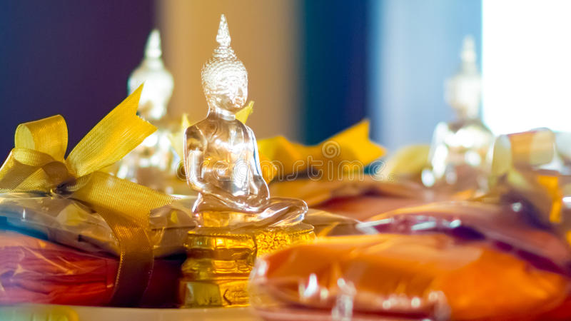 Boeddhistisch die idool door glas voor het aanbieden wordt gemaakt stock foto