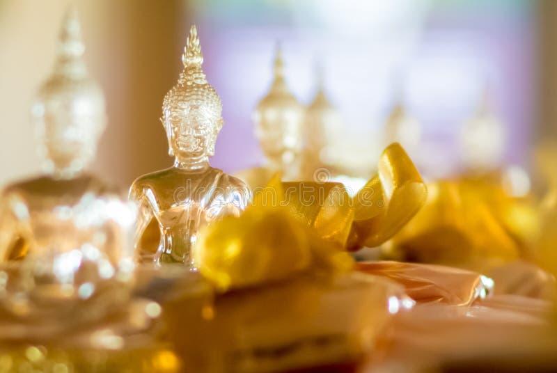 Boeddhistisch die idool door glas voor het aanbieden wordt gemaakt royalty-vrije stock foto's