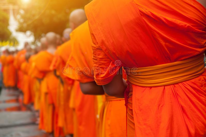 Boeddhistisch filantropieconcept De boeddhistische Monniken stellen in rij op stock fotografie