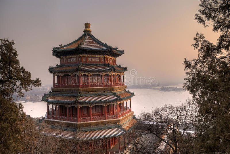 Boeddhistisch Huis in Zonsondergang royalty-vrije stock foto's