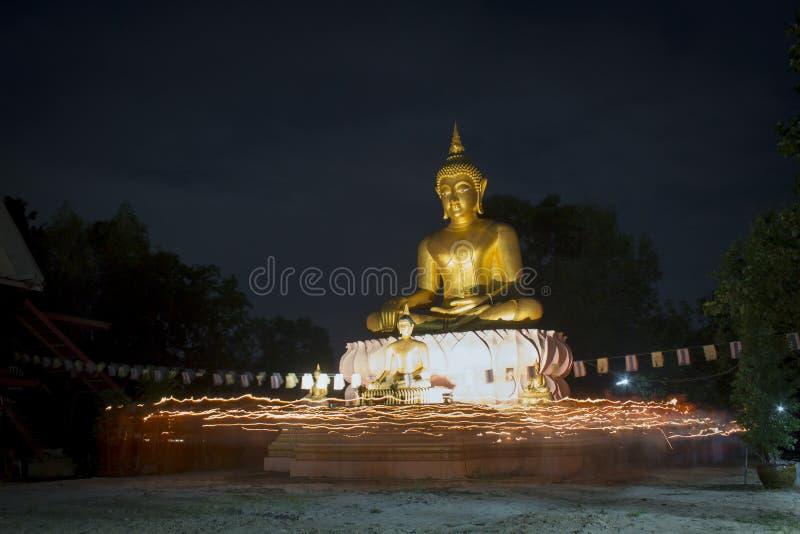 Boeddhistisch kwam met kaars vieren stock foto's
