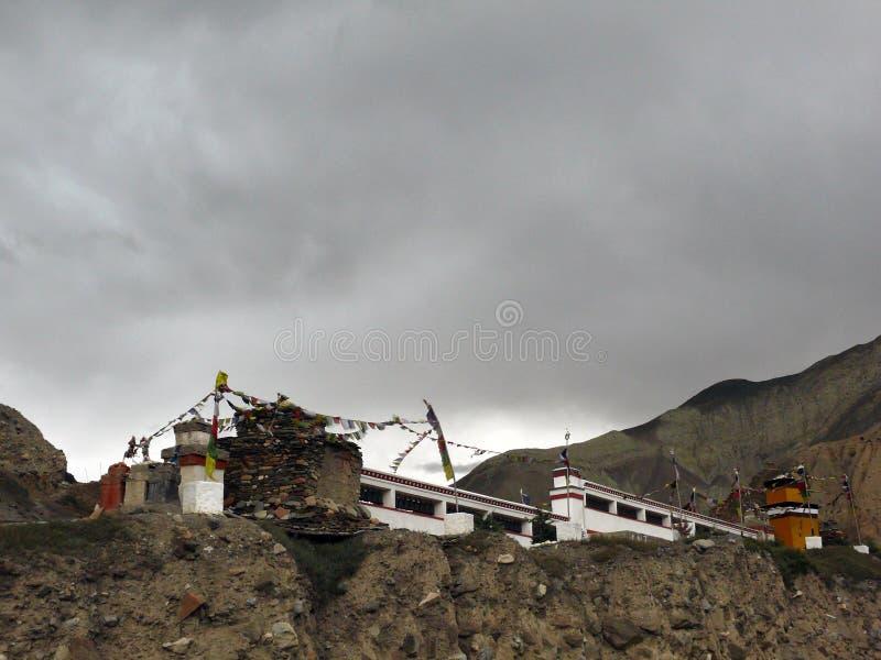 Boeddhistisch Mani Wall op Donkere Moessondag stock foto