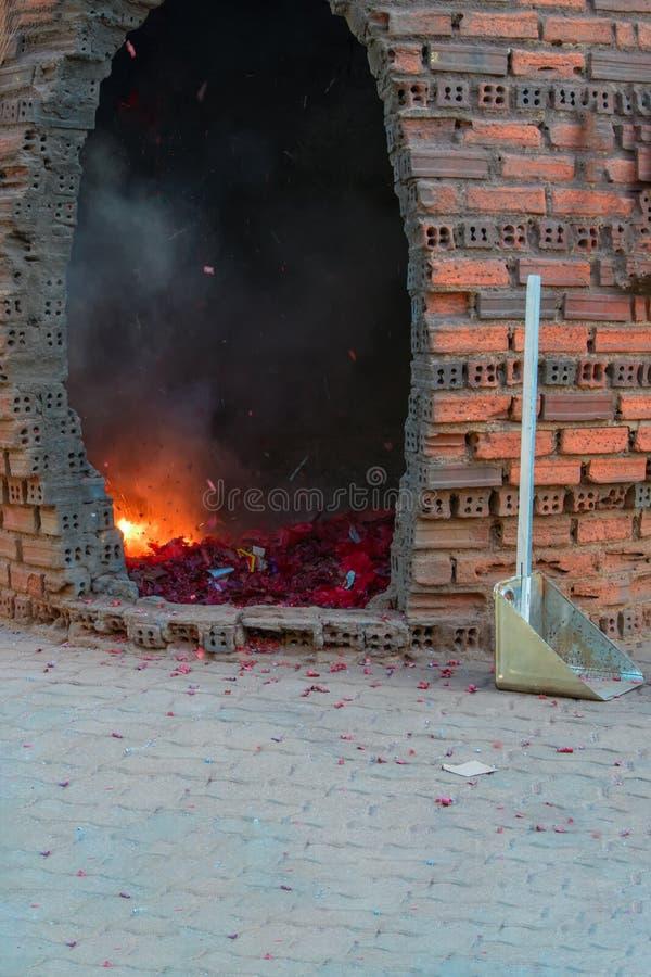 Boeddhistisch ritueel van het uitdrijven van demonnen door de explosie van voetzoekers dichtbij de tempel royalty-vrije stock foto
