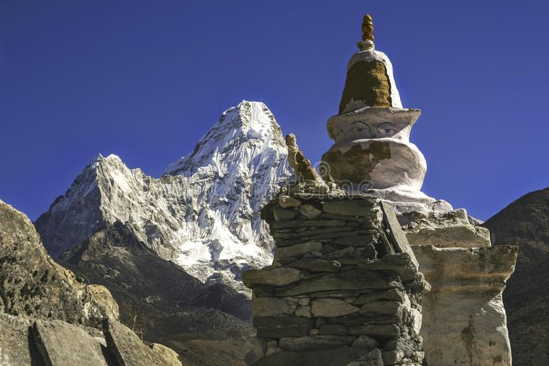Boeddhistisch Stupa-Standbeeld Nepal Himalayagebergte Ama Dablam Mountain Peak stock afbeeldingen
