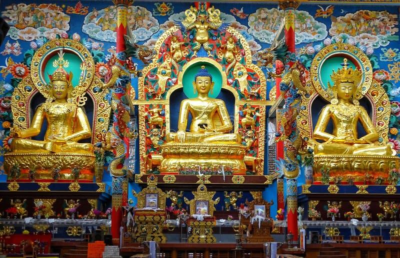Boeddhistische idolen in een boeddhistisch klooster in Zuid-India stock fotografie
