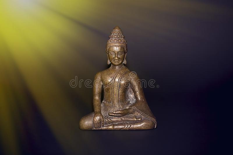 Boeddhistische meditatie Traditioneel brons Boedha die in straal mediteren royalty-vrije stock afbeeldingen