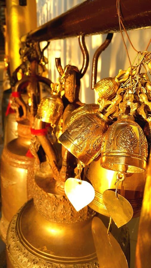 Boeddhistische messingsklok in Thaise tempel stock afbeelding