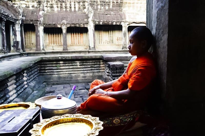 Boeddhistische monnik in de tempel van Angkor Wat, Kambodja stock foto