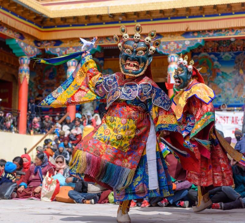 Boeddhistische monnik die bij maskerfestival dansen stock foto's