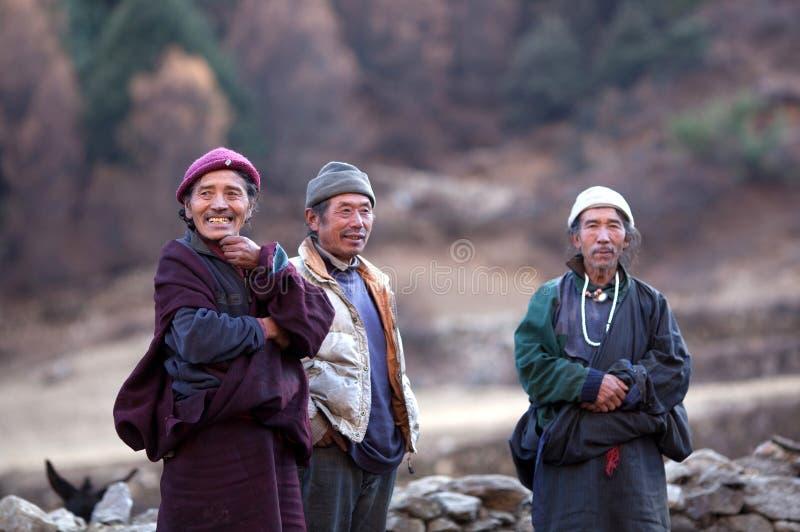 Boeddhistische monnik en twee gorkhasboer stock fotografie